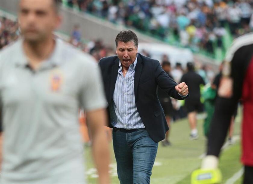 Robert Dante Siboldi reacciona durante el partido de vuelta por los cuartos de final del Torneo Clausura del fútbol mexicano. EFE/Archivo