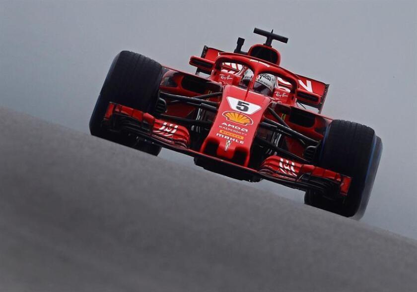 El piloto alemán de de la escudería Ferrari de Fórmula Uno, Sebastian Vettel, en acción durante la primera sesión de entrenamientos libres en el circuito de Las Américas en Austin, Texas, Estados Unidos, el 19 de octubre del 2018. EFE