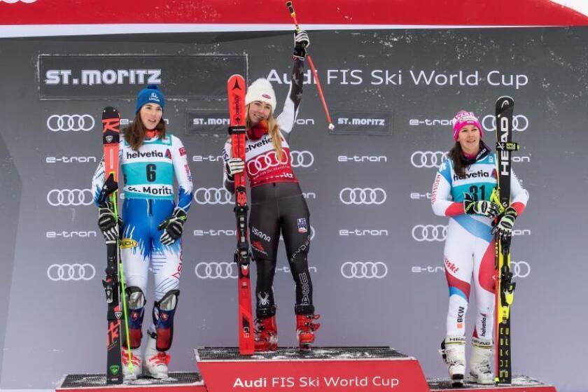 La estadounidense Mikaela Shiffrin (c), consiguió este domingo la victoria en el eslalon paralelo de la estación suiza de St. Moritz, puntuable para la Copa del Mundo de esquí alpino. Batió por 11 centésimas a la eslovaca Petra Vlhova (i) y la suiza Wendy Holdener terminó tercera, su primer podio de la temporada. EFE