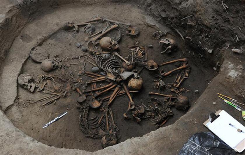 Fotografía cedida hoy, lunes 29 de enero de 2018, por el Instituto Nacional de Antropología e Historia (INAH), que muestra una espiral de huesos humanos, restos óseos de una decena de personas que fueron entrelazadas en la muerte hace unos 2.400 años y que constituye por ahora el primer entierro con tal cantidad de individuos reportado para el periodo Preclásico (2500 a.C.-200 d.C.) en la Cuenca de México, en el centro del país. El descubrimiento es el hallazgo más peculiar que investigadoras del Instituto Nacional de Antropología e Historia (INAH) han realizado desde que iniciaron trabajos de salvamento arqueológico en terrenos de la Universidad Pontificia de México (UPM). EFE/INAH/SOLO USO EDITORIAL