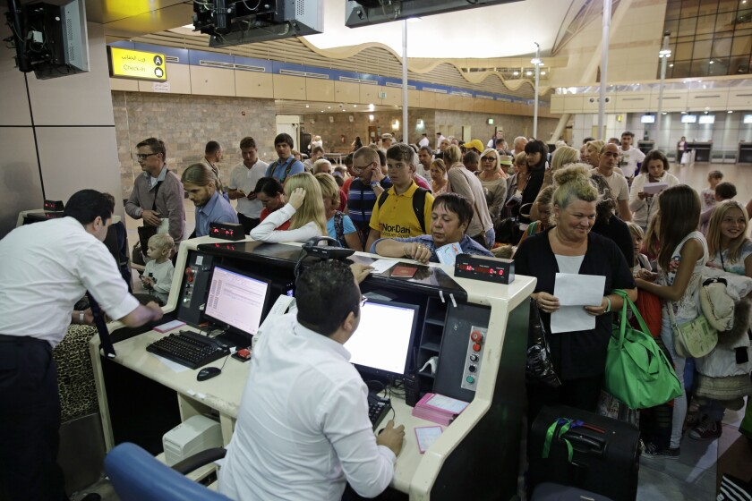Turistas rusos se registran antes de salir de San Petersburgo, Rusia, al aeropuerto internacional de Sharm el-Sheij, en el sur del Sinaí, Egipto, el 5 de noviembre de 2015. (AP Photo/Thomas Hartwell)