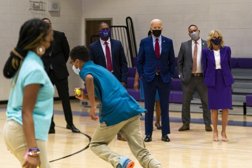 El presidente Joe Biden y la primera dama, Jill Biden, obervan una clase de educación física,