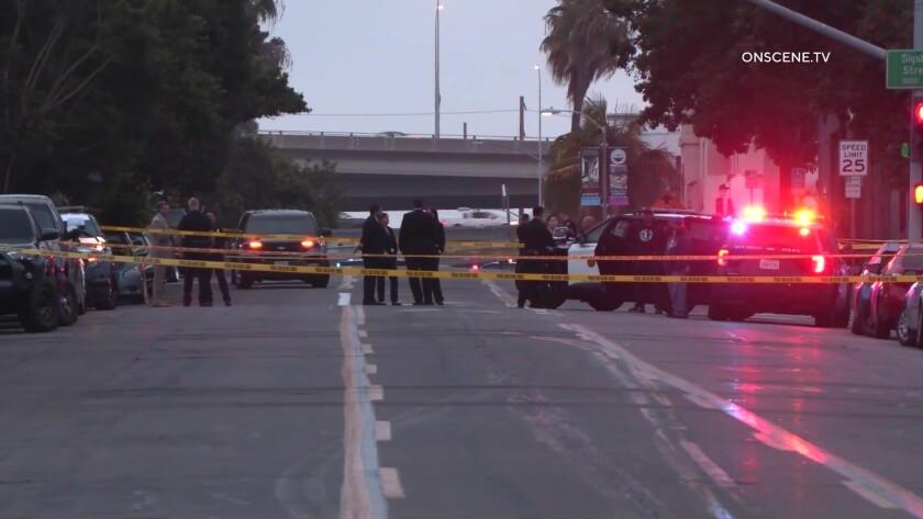 Agentes de la policía de San Diego e investigadores de homicidios trabajan detrás de la cinta amarilla