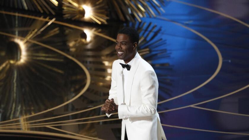 """""""¡Hey, he contado al menos 15 negros en ese montaje!"""", fue la frase con la que arrancó el Chris Rock, un aperitivo del torrente dialéctico que lanzó durante las tres horas y media de gala, celebrada en el Teatro Dolby, de Hollywood (California)."""
