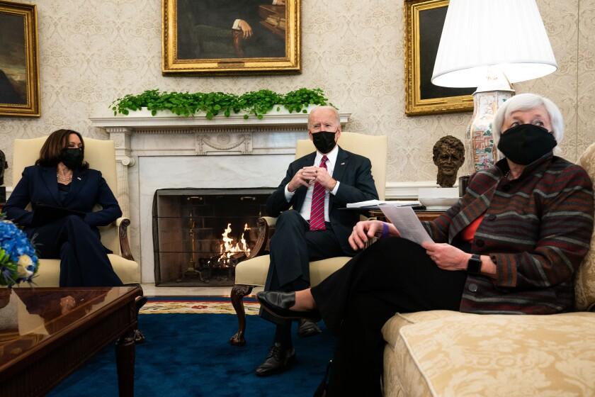 رئیس جمهور بایدن در طول جلسه از نقاب استفاده می کند.