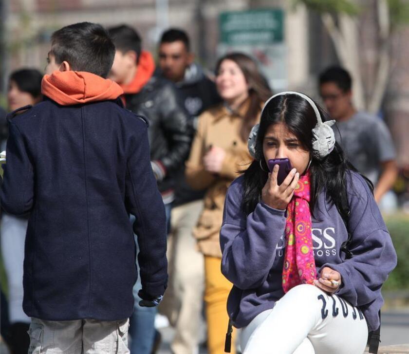 Residentes de Ciudad de México se observan protegidos con ropas extras debido al intenso fío que se deja sentir en gran parte del territorio nacional. EFE/Archivo