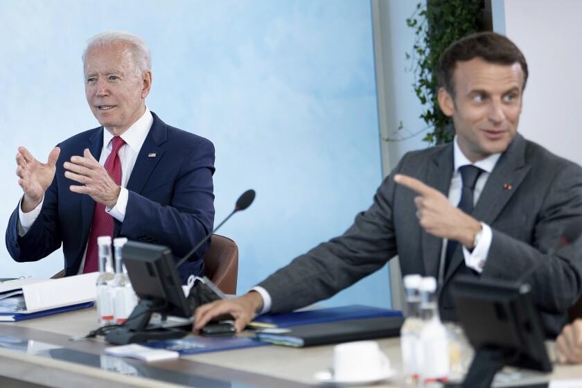 El presidente de Estados Unidos Joe Biden escucha al presidente francés Emmanuel Macron durante una sesión de trabajo en la cumbre del G7 en Carbis Bay, Cornwall, Inglaterra, el sábado 12 de junio de 2021. (Brendan Smialowski/Pool Photo vía AP)