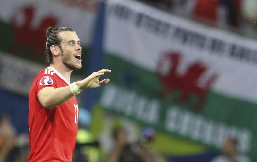 El atacante de Gales Gareth Bale celebra la victoria 3-0 ante Rusia en la Eurocopa, en Tolosa, Francia, el lunes 20 de junio de 2016.