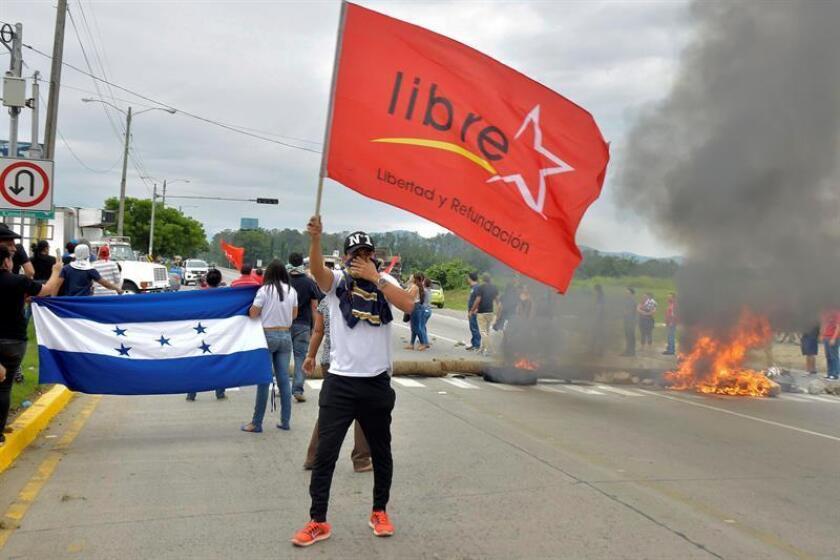 Fotografía de archivo en la que se observa a simpatizantes de la Alianza de Oposición contra la Dictadura manifestándose en el municipio de La Lima (Honduras). EFE/Archivo