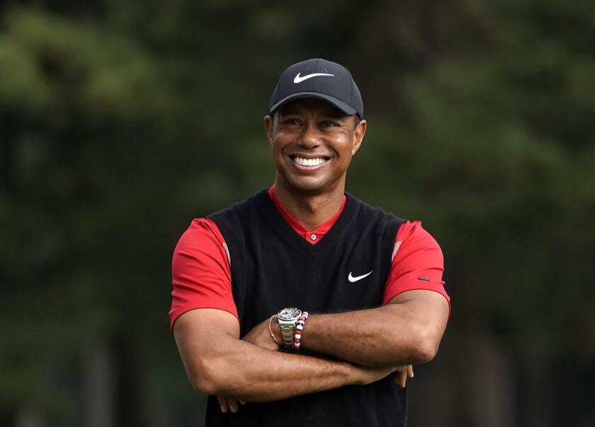 Tiger Woods sonríe en una ceremonia de premiación