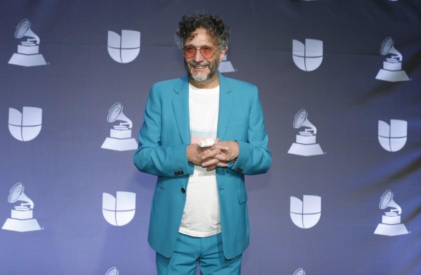 El rockero argentino Fito Páez posa en la sala de prensa durante la ceremonia de los Latin Grammy