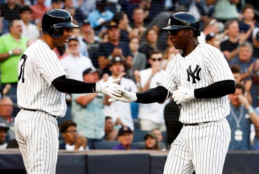 Didi Gregorius (d) de los Yanquis celebra un jonrón con su compañero Aaron Hicks (i) durante un partido de la MLB, entre los Yanquis de Nueva York y los Nacionales de Washington, en el Yankees Stadium, en Nueva York (EE.UU.). EFE