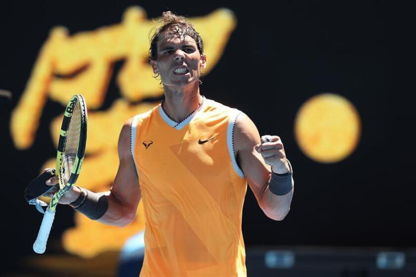 El español Rafael Nadal, segundo favorito en Melbourne, cumplió en su primera prueba frente al australiano James Duckworth, quien participó con una invitación y al que venció por 6-4, 6-3 y 7-5, después cuatro meses sin competir. EFE