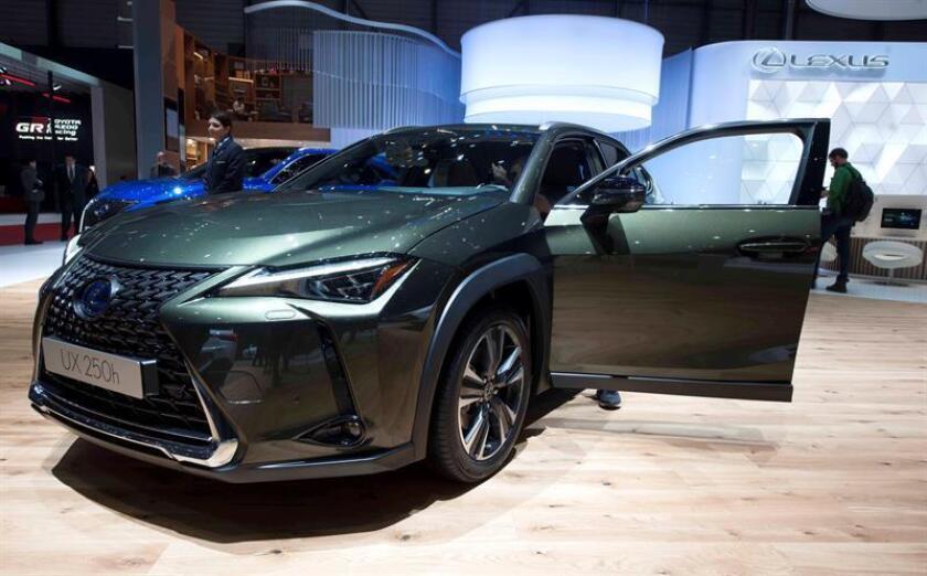 """El modelo UX 250h de Lexus en el Salón del Automóvil de Ginebra, donde la marca japonesa celebra su treinta aniversario, además de la llegada de las primeras unidades de su nuevo modelo y su séptimo año de crecimiento """"orgánico sostenido"""". EFE"""