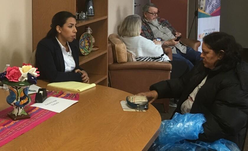Rosemary Garcia, abogada de inmigración, brinda asesoría en las instalaciones del Centro Jalisco en la apertura de las ferias legales.
