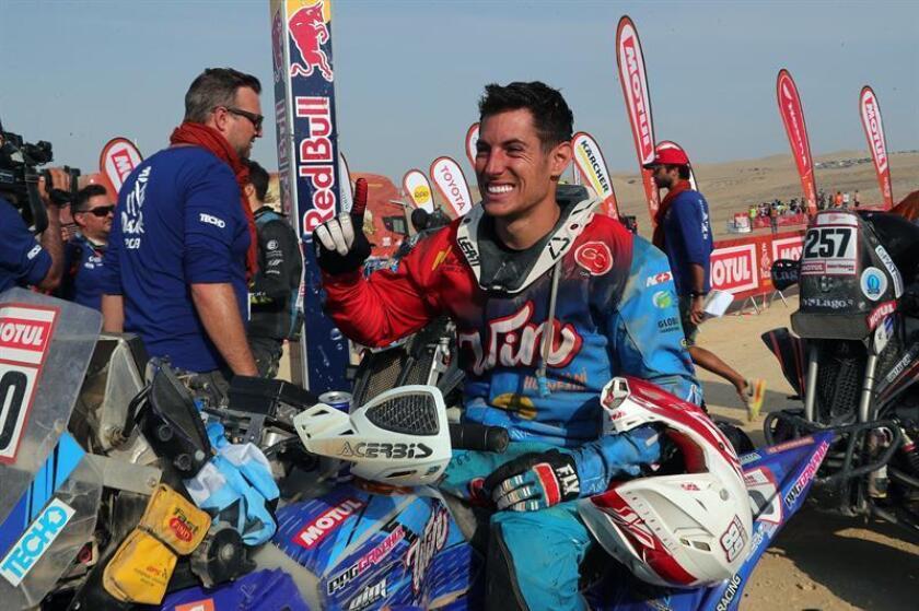 El argentino Nicolas Cavigliasso celebra tras ganar el primer lugar en el Rally Dakar 2019, este jueves en Pisco (Perú). Cavigliasso aseguró que se entrenó a conciencia durante el último año para ganar su primer Dakar, donde quedó arriba de un podio copado por argentinos, con sus compatriotas Jeremías González Ferioli y Gustavo Gallego, en segundo y tercer lugar. EFE