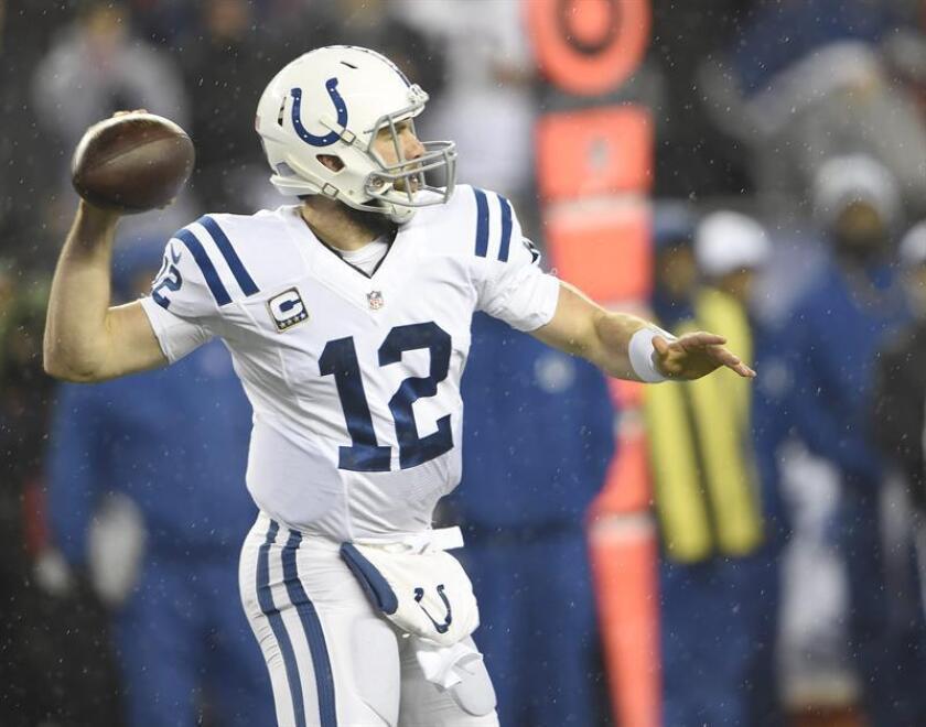 En la imagen un registro de Andrew Luck, mariscal de campo de los Colts de Indianápolis, quien completó 19 de 32 pases para 222 yardas, con dos envíos de anotación y uno interceptado, en la victoria de su equipo 7-21 sobre los Texans de Houston. EFE/Archivo