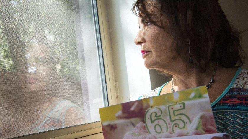 Geri Siegel sostiene una comunicación reciente de Medicare Advantage, enviada a su marido con motivo de su cumpleaños 65. El hombre falleció hace 14 años.