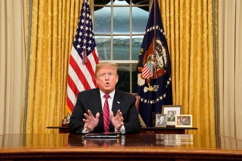El presidente de los Estados Unidos, Donald J. Trump, habla a la nación en su primer discurso desde la Oficina Oval de la Casa Blanca en Washington (EE.UU.). EFE/POOL