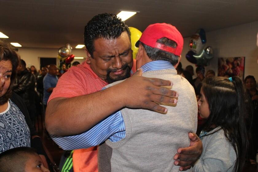 Leovigildo Sandoval, de 68 años de edad, es abrazado por uno de sus tres hijos a su llegada a Los Ángeles el pasado 12 de abril.