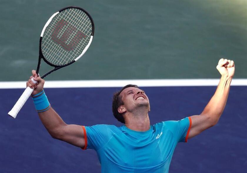 Philipp Kohlschreiber de Alemania celebra la victoria ante Novak Djokovic de Serbia este martes, durante un partido del Abierto de Indian Wells de tenis, en Indian Wells (EE.UU.). EFE
