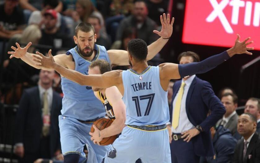 Marc Gasol (i) y Garrett Temple (d) de Memphis Grizzlies en acción contra Joe Ingles de Utah Jazz durante un partido de baloncesto de la NBA hoy, viernes 2 de noviembre de 2018, en el Energy Solutions Arena de Salt Lake City, en Utah (EE.UU.). EFE