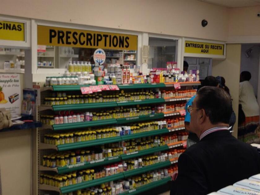 Vista de una persona en una farmacia. EFE/Archivo