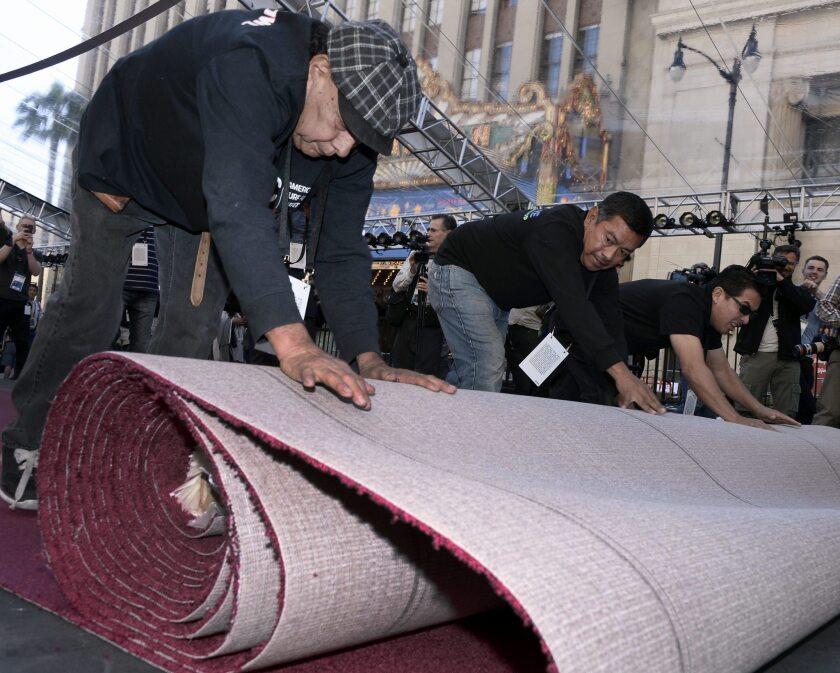 Trabajadores hispanos colocan la alfombra roja por la que desfilarán las estrellas que asistirán a la entrega de los Oscars el próximo 28 de febrero, en el teatro Dolby de Hollywood, California, EEUU, el 24 de febrero del 2016.