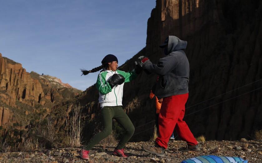 Gracce Kelly Flores, de 12 años, hace su entrenamiento diario de boxeo con su padre Alberto Flores en Palca, Bolivia.