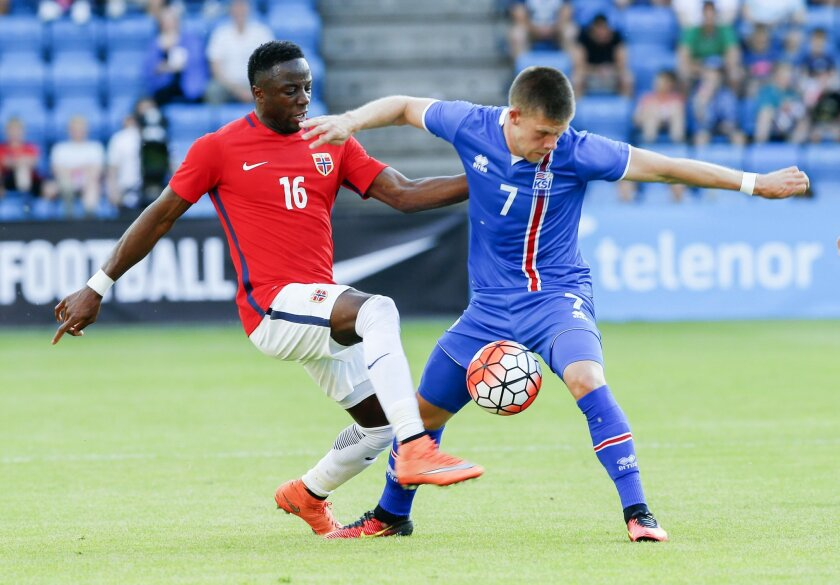 Norway's Valentin Adama Diomande, left, and Iceland's Johann Berg Gudmundsson battle for the ball during the friendly football match between Norway and Iceland at Ullevaal Stadium, Oslo, Norway, Wednesday, June 1, 2016. (Terje Pedersen / NTB via AP) NORWAY OUT