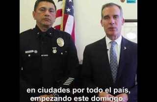 El alcalde de Los Ángeles envía mensaje a las familias inmigrantes.