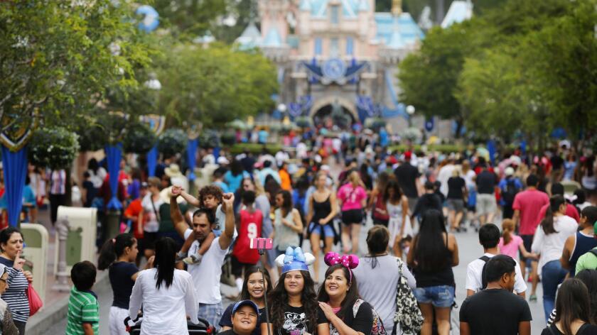 """En Disneyland de California, el boleto """"económico"""" bajará 4 dólares a 95 dólares, el boleto """"regular"""" costará de 105 dólares y el """"pico"""" 119 dólares."""
