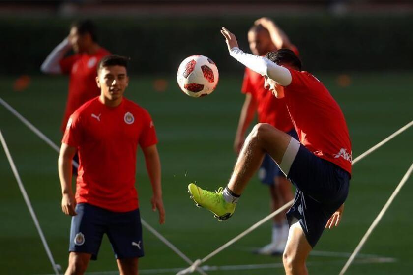 Jugadores de Chivas fueron registrados este sábado, durante un entrenamiento previa a su partida al mundial de clubes, en el estadio Arkon, Guadalajara (México). EFE