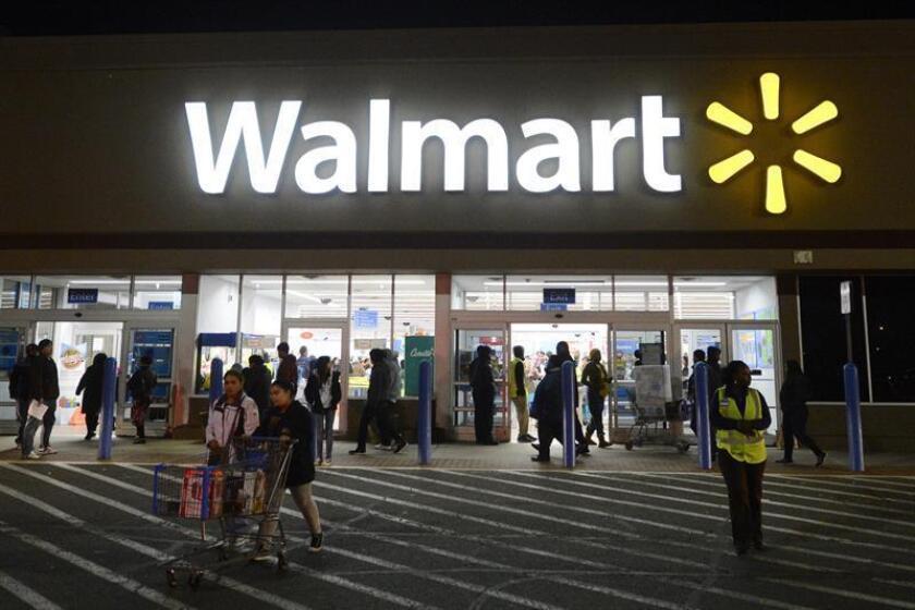 La cadena minorista Walmart anunció hoy que subirá a 11 dólares la hora el salario mínimo que cobran sus empleados contratados por hora gracias a los beneficios que espera de la nueva reforma fiscal aprobada en Estados Unidos. EFE/Archivo