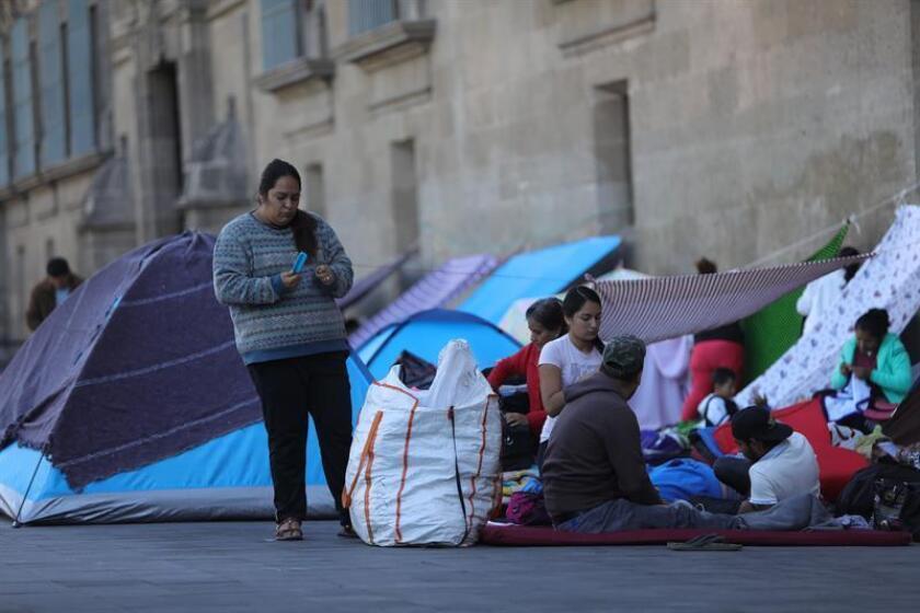 Personas desplazadas de sus comunidades realizan un planton este miércoles, frente a Palacio Nacional en Ciudad de México (México). EFE
