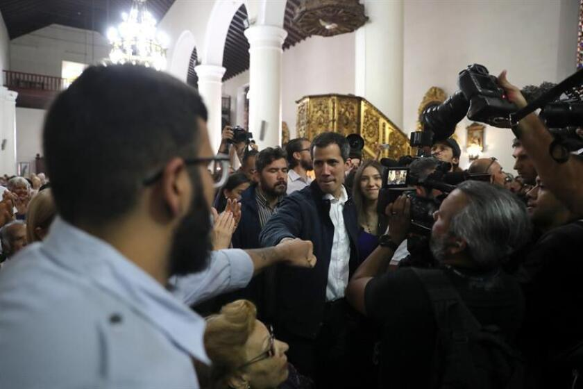 El presidente de la Asamblea Nacional (Parlamento) de Venezuela y autoproclamado presidente interino del país, Juan Guaidó (c), en compañía de su esposa, Fabiana Rosales (c-d), saluda a sus simpatizantes a su llegada a una misa este domingo, en la Iglesia San Jose de Chacao, en Caracas (Venezuela). EFE