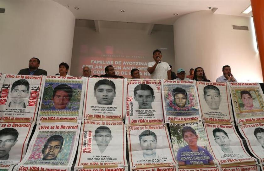 El vocero de los padres de los jóvenes desaparecidos en Ayotzinapa, Felipe de la Cruz (4d), habla en rueda de prensa hoy, miércoles 25 de julio de 2018, en Ciudad de México (México). EFE