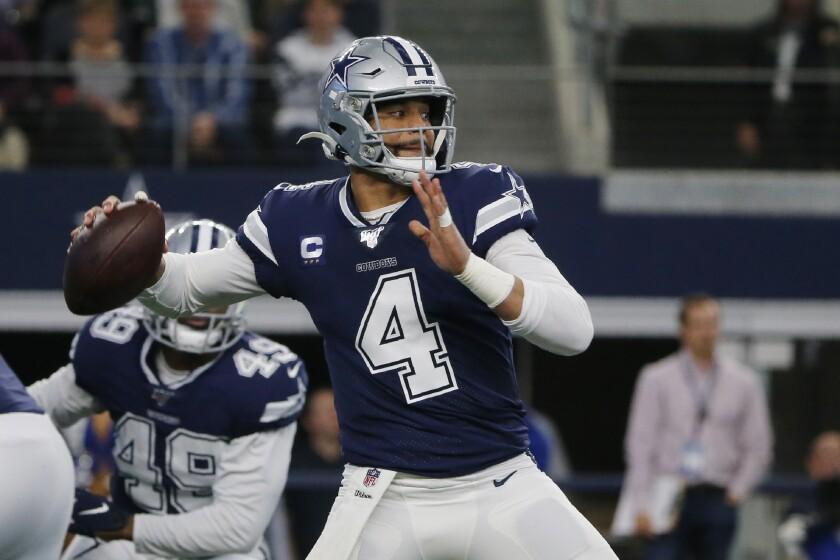 El quarterback de los Cowboys de Dallas Dak Prescott intenta lanzar un pase en el primer cuarto del juego ante los Rams