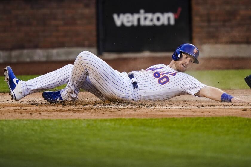 Billy McKinney, de los Mets de Nueva York, anota en la segunda entrada del juego ante los Cachorros de Chicago, el miércoles 16 de junio de 2021, en Nueva York. (AP Foto/Frank Franklin II)