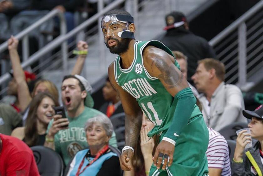 Curry rescata a Warriors ante Sixers; Celtics, 15 triunfos seguidos