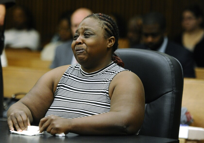 Lucille Strickland, madre de Xaver Strickland de 4 años quien murió cuando fue atacado por perros de la raza pitbull propiedad de Geneke Lyons, se dirige a la corte antes de que Lyons fuera sentenciado por homicidio no premeditado el jueves 30 de junio de 2016 en Detroit. (Daniel Mears/Detroit News vía AP)