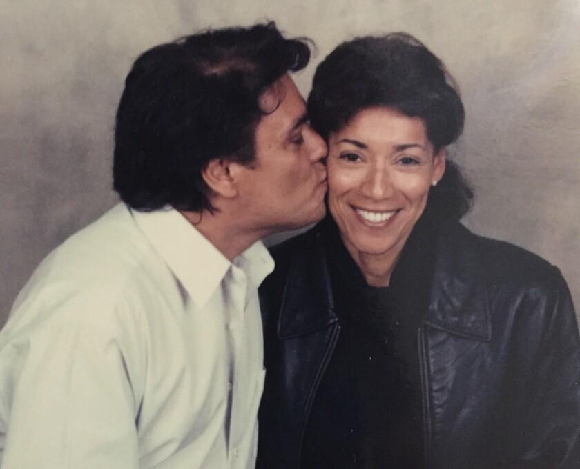En esta imagen histórica de mediados de los '90, la publicista Emily Simonitsch, de Live Nation, aparece al lado de Juan Gabriel, el ídolo de la música recientemente fallecido.