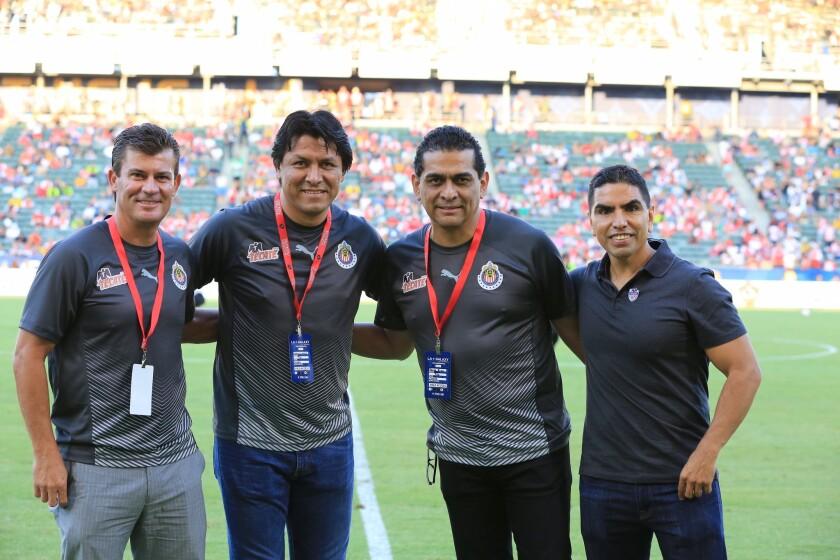 """De izquierda a derecha. Ramón Ramírez, Claudio Suárez, Felipe Ramos Rizo y el """"Piolín"""" Sotelo durante el partido de ayer entre Arsenal y Chivas."""