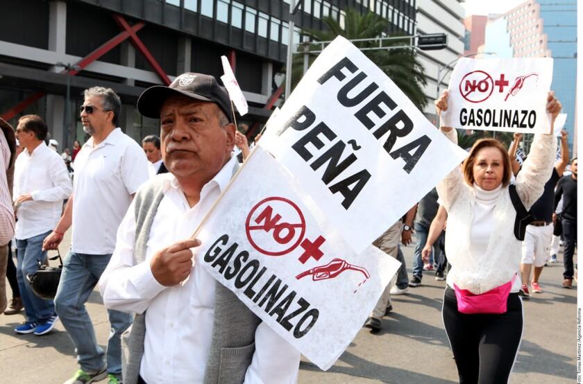 La Autopista México-Querétaro fue bloqueada ayer por pobladores de Jilotepec, Estado de México, en rechazo al aumento a los precios de las gasolinas, mientras en varias ciudades --entre ellas la CDMX-- se registraron manifestaciones por el mismo motivo.