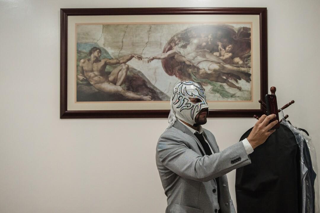 Romeo en su despacho de abogados en Torales Quintero y Asociados