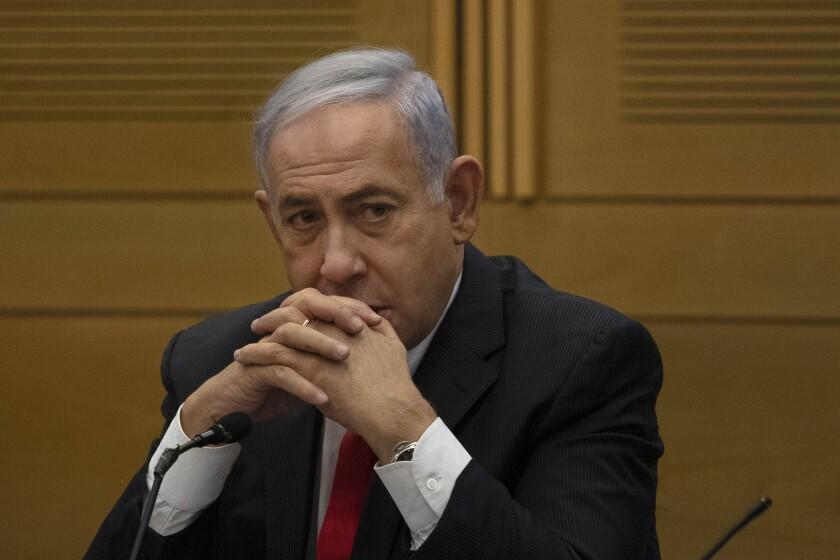 El exprimer ministro israelí Benjamin Netanyahu se dirige a miembros del partido derechista de oposición un día después de la juramentación de un nuevo gobierno en el Knésset, el parlamento israelí, el lunes 14 de junio de 2021, en Jerusalén. (AP Foto/Maya Alleruzzo)