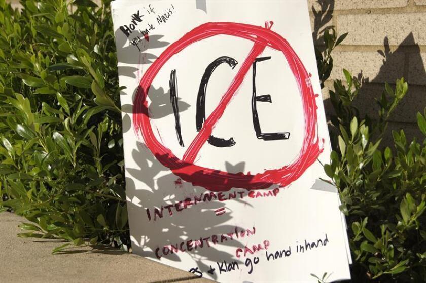 """Varios grupos de activistas presentaron hoy una demanda en la corte federal del estado de Washington para detener las deportaciones """"anticonstitucionales"""" de la agencia de Inmigración y Control de Aduanas (ICE) contra los inmigrantes indocumentados. EFE/ARCHIVO"""
