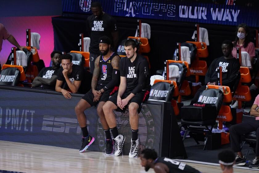 El martes 15 de septiembre del 2020, jugadores de Los Clippers de los Ángeles sentados junto a la banca durante el juego ante los Nuggets de Denver. El miércoles 16 de septiembre del 2020 los Clippers quieren mantener unido al equipo y aseguran que sólo necesitan más química para poder avanzar a las finales de conferencia. (AP Photo/Mark J. Terrill)