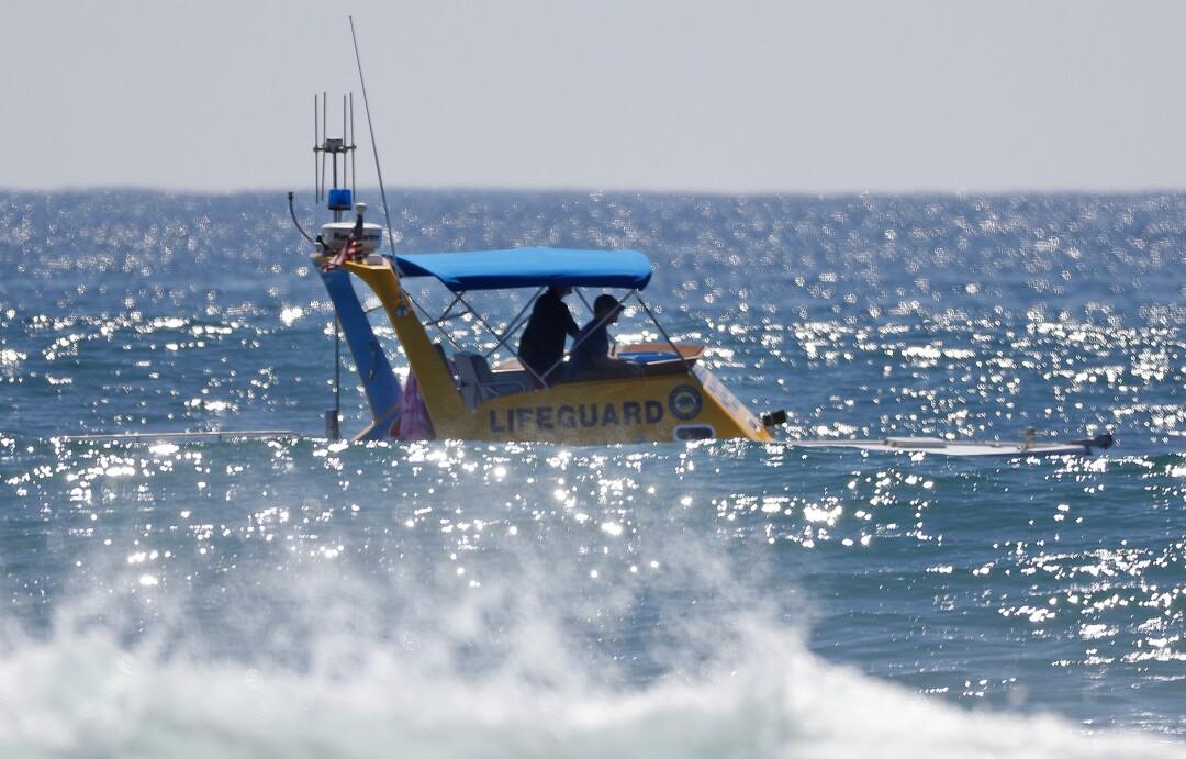 Salva-vidas patrulham o quebra-mar quando um tubarão causou um atraso nas finais da World Surf League em Lower Trestles.