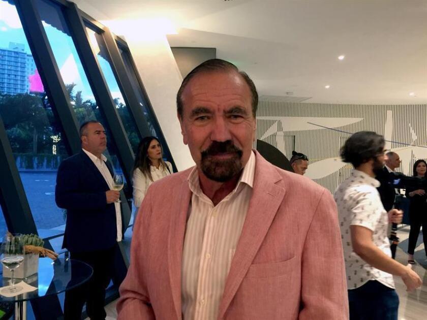 """El empresario cubano-estadounidense Jorge Pérez posa para Efe hoy, martes 4 de diciembre de 2018, durante la presentación en Miami (Estados Unidos) del libro """"Island in the Light/Isla en la luz"""", con textos en español y en inglés. EFE"""